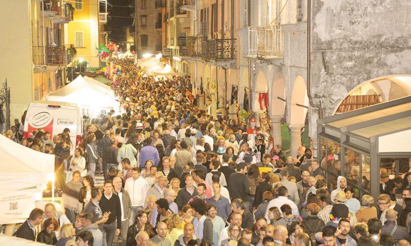 Festa dell'uva a Gattinara, via Cavour gremita - © www.festadelluvagattinara.it